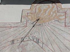 Sluneční hodiny na fasádě pelhřimovské fary.