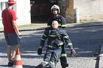 Při posledním úkolu musí hasič uchopit figurínu o váze přibližně 80 kilogramů a přesunout ji do vyhrazeného prostoru, který je vzdálen 20 metrů.