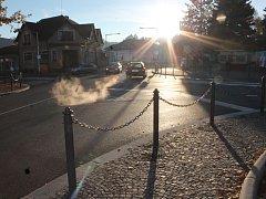 Křižovatka Masarykovy a Hálkovy ulice je jednou z nejfrekventovanějších ve městě. Díky zúžení části silnice, sloupkům na okraji chodníku a ostrůvkům u přechodů pro chodce se pěším zvýšila bezpečnost jejich pohybu. Ostrůvky ale způsobují problémy kamionům