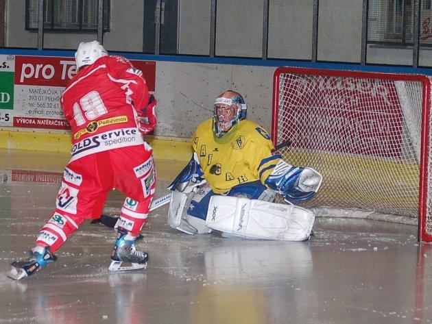 Pelhřimov musel po prohraném zápase s Vajgarem litovat nevyužitých šancí. Na snímku zrovna jednu z nich promarňuje Jaromír Florián.