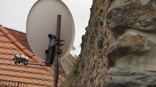 Trochu jako pěst na oko vypadá družicová anténa na starobylých pelhřimovských hradbách. Být tam ale může.