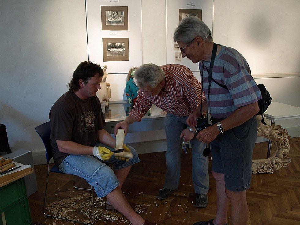 Zámek v Kamenici nad Lipou ovládla řemesla. Nedělní podvečer totiž patřil vernisáži výstavy v rámci letošního Festivalu řemesel a vyznání. Návštěvníci obdivovali také ukázky paličkování, pletení košíků či práci na kolovrátku.