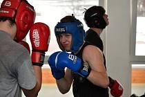 Lidé začínají s boxem z mnoha důvodů. Jedni touží po bitvách v ringu, jiní po lepší kondici, další zase po odreagování v partě. Pokud ale chtějí tento sport dělat zodpovědně, čeká je především tvrdý trénink.