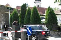 Závora před vjezdem na parkoviště před Pelhřimovskou radnicí vyděsila mnoho řidičů.