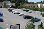Před instalací závory bylo parkoviště plné. Tento obrázek je z poledne v pátek 6. června