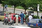 U pokladny se šikují hloučky řidičů aby mohli v klidu zaplatit a odjet