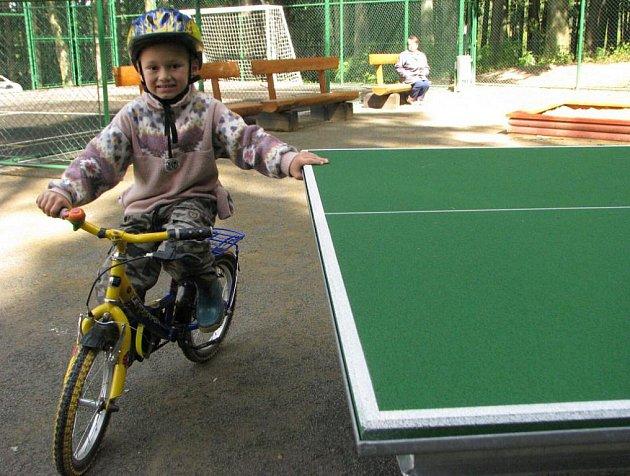 Děti (na snímku Jakub Výborný) si mohou zahrát na novém vilémovském sportovišti třeba i stolní tenis.