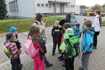 Děti vyrazily se Zálesáčkem do přírody.
