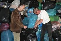 Letos už potřetí bude pacovská farní charita posílat ošacení do Diakonie v Broumově. Na snímku je ředitel charity Miroslav Kokeš (vlevo) a pracovník charity Stanislav Přiklopil.