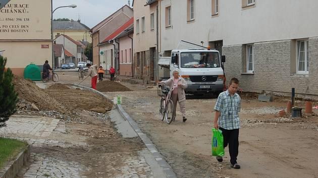 S novou silnicí mohou obyvatelé Horní Cerekve využívat i nová parkovací místa.