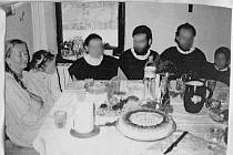 Členové sekty u stolu