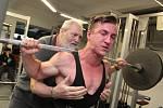 Patnáctiletý Jakub Pelikán udělal dřep s činkou, která vážila 212 kilogramů.