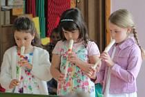 U příležitosti oslavy svátku všech maminek, který připadl na neděli 11. května, uspořádaly děti ze třídy Ježečků z Mateřské školy Komenského Pelhřimov v pondělí vystoupení pro své jedinečné a nejmilejší maminky.