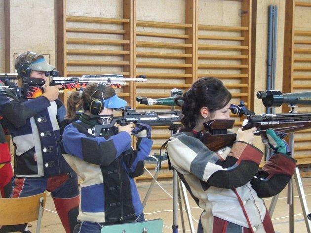 Ti, kterým bylo do osmnácti let, jako jediní ve své kategorii stříleli ve stoje. Děti ze zbylých tří kategorií mířily na terč vleže.