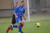 Nečekaným výsledkem skončilo utkání v Senožatech. Hosty z Petrovic od porážky neuchránilo ani to, že se do útoku vysunul jinak stoper Radek Moravec.