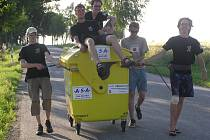 První ekovandr, který Mirek Jonáš s kamarády podnikl v roce 2008. Na snímku je všech pět účastníků – (zleva) Tomáš Skoumal, Lukáš Blažejovský, Daniel Hána, Miroslav Jonáš a Joel Hána.