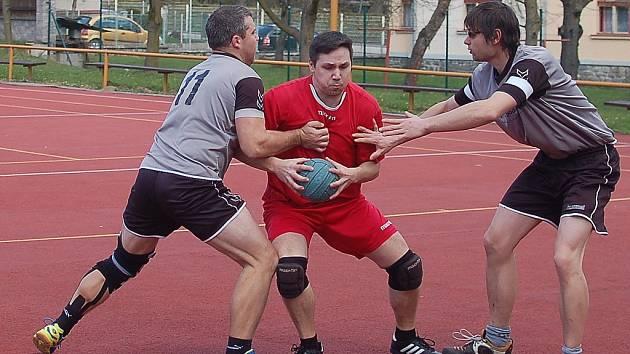 Humpolečtí národní házenkáři (na snímku uprostřed  je Petr Čmok) zvládli  domácí duel proti Dobrušce na jedničku. Soupeře porazili 17:11.