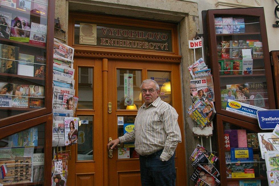 Jaromír Vytopil před svým knihkupectvím