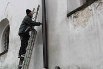 Římskokatolická farnost Pelhřimov si objednala nové okapy, které tam v pátek dopoledne instalovali pracovníci specializované firmy.