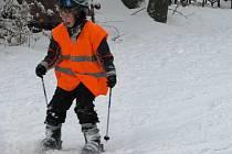 Proč se trmácet na hory, když sjezdovka leží hned za humny. To si řekli učitelé z vyskytenské školy, kteří dopřávají žákům lyžařského kurzu na Křemešníku.