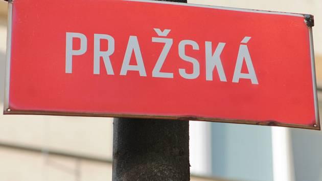 Jednoduchý název ulice Pražská tropil problémy i pobavení. Mimochodem tuto tabulku najdeme v Pelhřimově úplně někde jinde, než kde se nachází zmiňovaná škola.