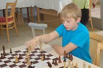 Na devadesát šachistů měřilo síly ve vestibulu hotelové školy.