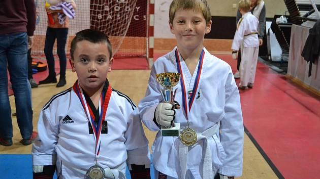 Turnaj v Praze ovládl tým TKD Lacek. Na snímku jsou úspěšní nováčci Daniel Stodolny a Matyáš Matýsek (vpravo).