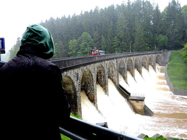 Sedlická přehrada na Želivce, jejíž nádrž zadrží maximálně 2,3 milionů metrů krychlových vody, začala v pondělí dopoledne přetékat přes jedenáct metrů vysokou zděnou hráz.
