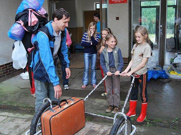 Mladé pražské skautky si v černovické ubytovně vyzvedli rodiče. Tábor ale možná bude pokačovat.