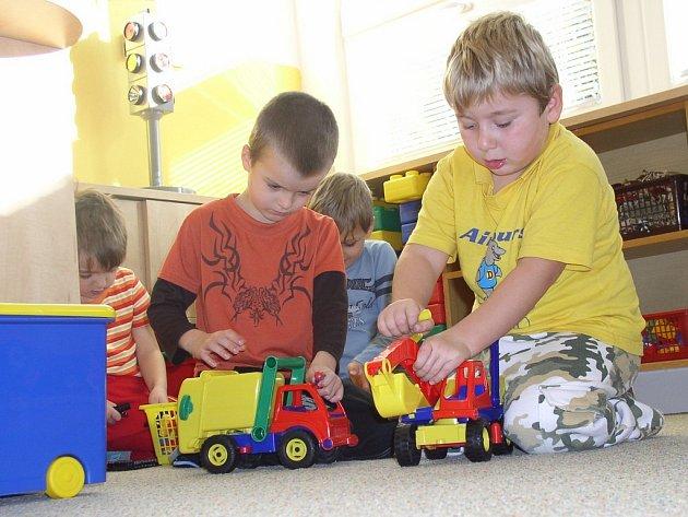 Děti v humpoleckých mateřských školách Smetanova a Na Rybníčku si již hrají v zateplených třídách. Čtyřměsíční provizorium skončilo.