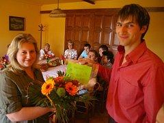 Vítězka Hana Dvořáková kromě cen od Deníku obdržela od majitele poukaz na jídlo a kytici.