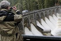 Vysokorychlostní trať je předběžně navržená i nedaleko hráze nedávno zpamátněné Sedlické přehrady.