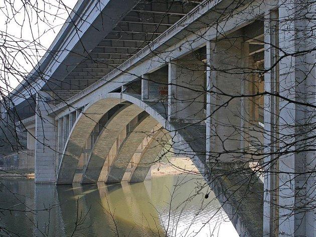 Na Pelhřimovsku by tyto stavby potřebovaly opravy za desítky milionů korun. Správa a údržba silnic se v letošním roce chystá opravovat mosty vKamenici nad Lipou a v Dolní Lhotě u Lukavce.