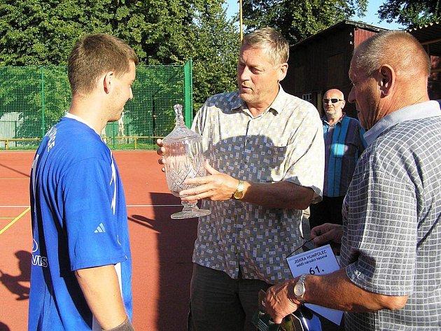 Cenu Josefa Krška pro nejlepšího záložníka turnaje převzal loni čakovický Lukáš Janeba (vlevo). Předali mu ji Josef Krška ml. a předseda humpoleckého oddílu Petr Horák.