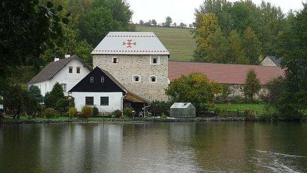 Vysočinu budou reprezentovat klášterní kostel Narození Panny Marie v Želivě a tvrz v Sudkově Dole (na snímku). .