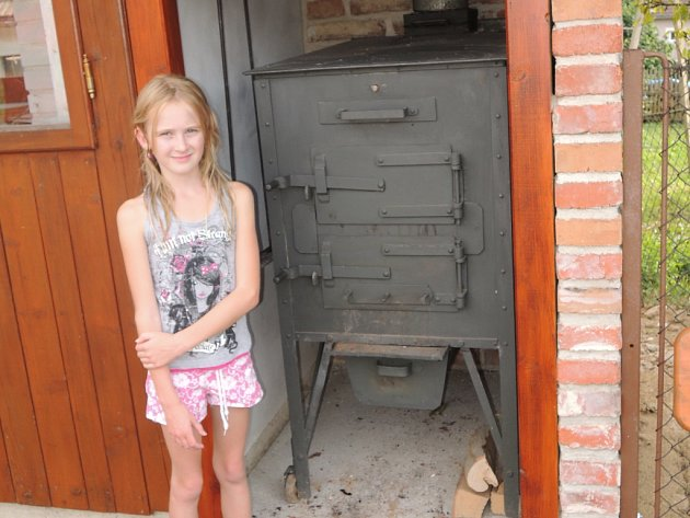 Rodina Kotlíkových z Mysletína znovu zprovoznila starý skvost, šamotovou pekárnu.