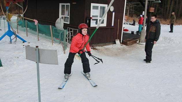 U Křešína (na snímku) začala letošní lyžařská sezona 7. ledna, na Křemešníku ještě o čtyři dny dříve. V obou těchto areálech na Pelhřimovsku mají umělé zasněžování.