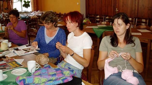 Pletařky se na kamenickém workshopu učily novým pletařským technikám a fíglům.