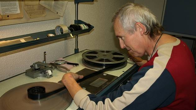 Přetočit film, to je jedna z povinností, kterou musí Zdeněk Plášil  udělat před tím, než do nedigitální promítačky kotouč s páskou založí.