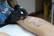 Zájemci mohli sledovat při práci Anetu Bröcklovou z RedHead Tattoo a seznámit se s celým procesem tetování.