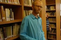 Novou půjčovnu knih i společenskou místnost má pelhřimovské gymnázium. Jejím iniciátorem byl učitel češtiny Karel Kratochvíl (na snímku).