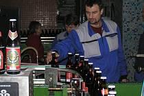 Zaměstnancům v pelhřimovském pivovaru projde pod rukama 27 tisíc hektolitrů ročně. Zákazníci si nyní budou zvykat na moderní, výraznější vzhled pivních lahví.