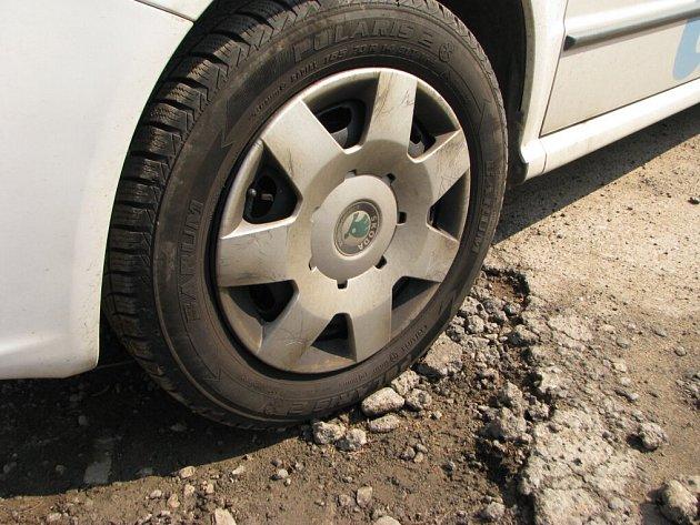 Výmoly u pelhřimovských garáží likvidují podvozek aut