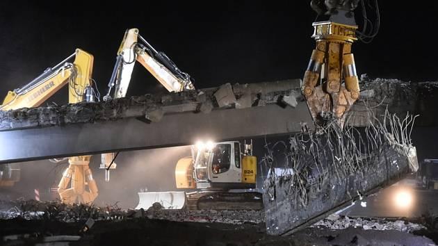 Silničáři začali 29. února 2020 večer na Pelhřimovsku bourat dva nadjezdy nad dálnicí D1 mezi exity 81 Koberovice a 90 Humpolec.