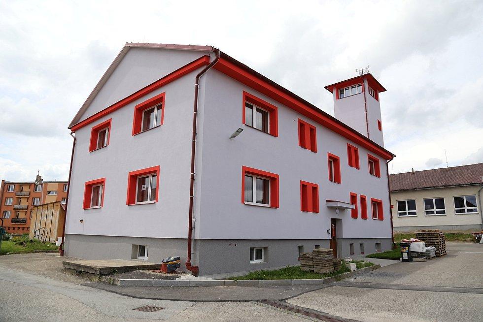 Budova v kamenické Družstevní ulici, kde sídlí dobrovolní hasiči, je nově zateplená. Má tak i novou slušivou fasádu.