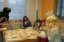 Na oddělení dlouhodobě nemocných zavítali na začátku prosince školáci a za malými pacienty pak Mikuláš s andělem a čerty.