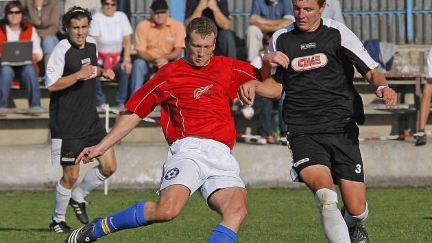 Pelhřimovští fotbalisté se  v zápase s Polnou opět trápili, ale opakování podzimního propadáku nedopustili. Rozhodující měrou se na tom podílel Václav Vacek (vpravo), který vstřelil první gól utkání.