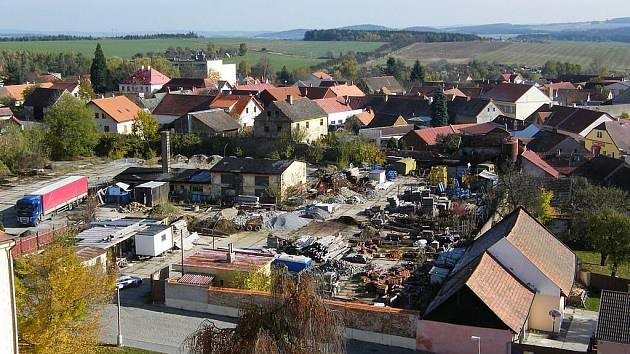 Na snímku je vyobrazen bývalý vojenský autopark v Pacově. Ten nyní prochází kompletní proměnou.