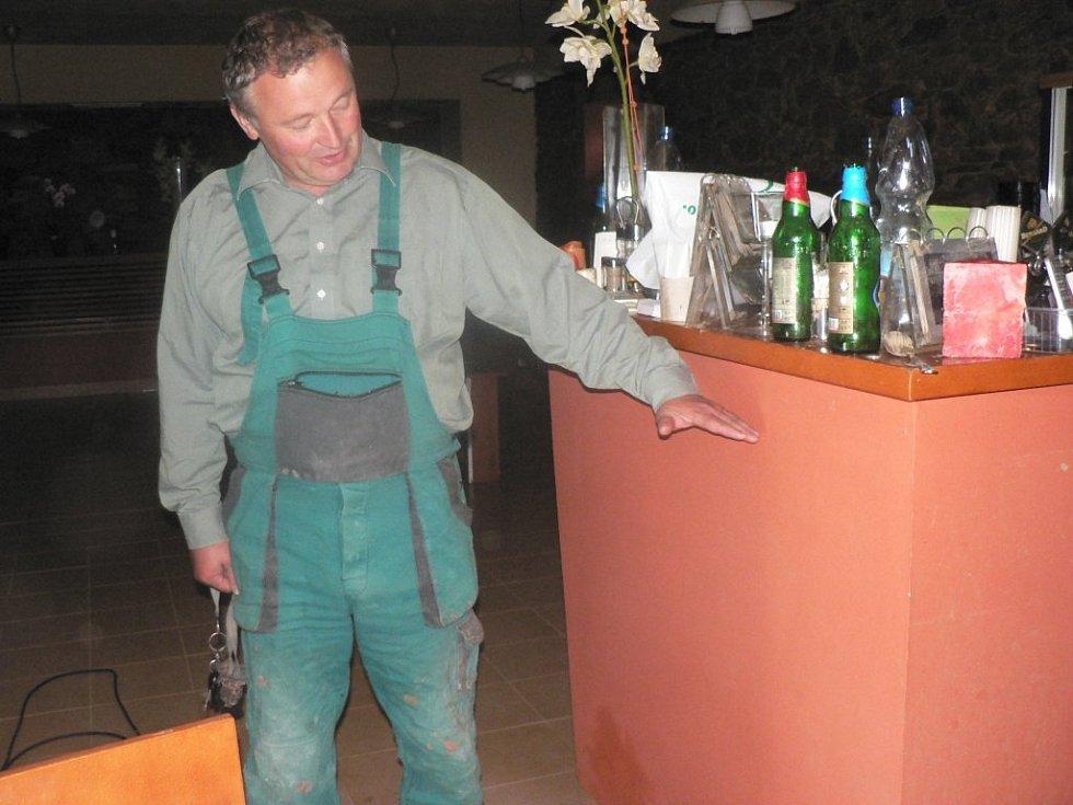 Bouřka, která se v neděli večer prohnala nad Pacovskem, za sebou zanechala spoušť. V pizzerii Peppino v Pacově voda dosáhla do výšky téměř 130 centimetrů. Na snímku to ukazuje Josef Smetana.