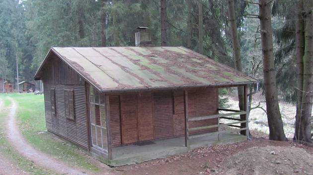 Chata se nachází pod památkově chráněnou hrází. Foto: archiv ÚZSVM Pelhřimov